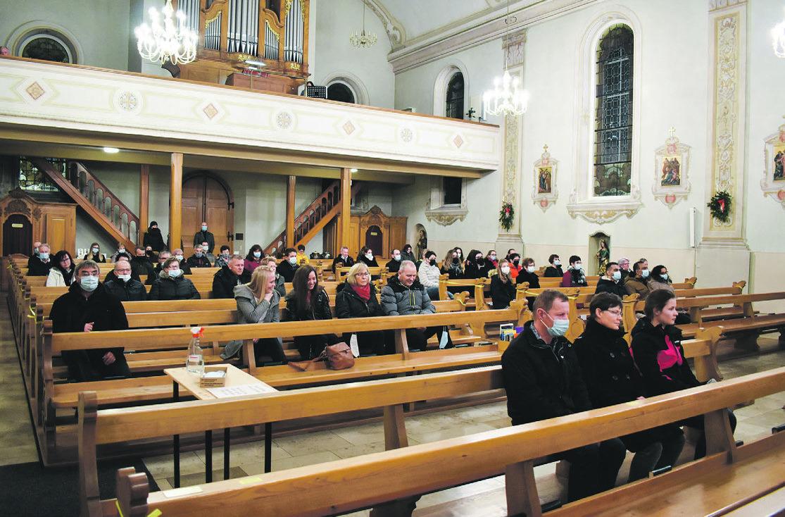Kirchenbesucher auf drei  Gottesdienste verteilt