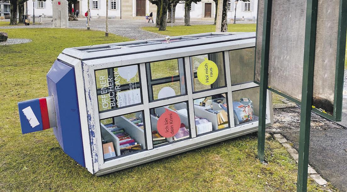 Sturm wirft  Bücherschrank um